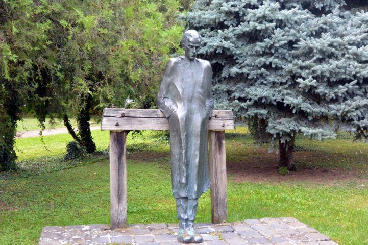 Radnóti Miklós szobra