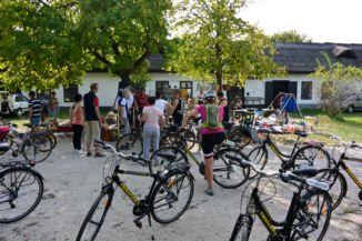 kerékpáros turisták a Szántódpusztai termelői vásár és bolhapiacon