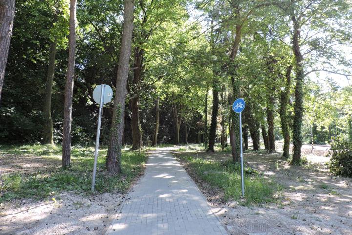 a Tompa Mihály utcáról térkővel burkolt bicikliútra érünk