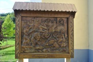Hunyadi János faragott emléktáblája a Szent László-templom előtt