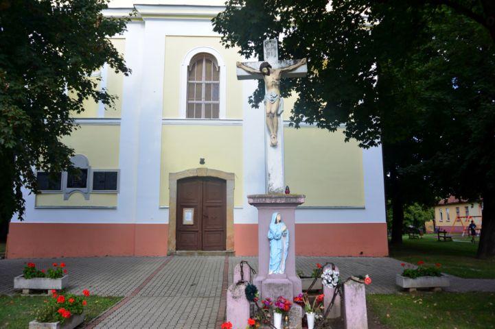 kereszt a templom előtt