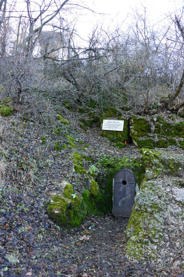 Bátori-barlang a Kaán Károly-kilátó alatt a Nagy-Hárs-hegyen