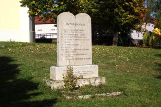 a Tízparancsolat egy kőtáblába vésve a Kisboldogasszony-templom kertjében