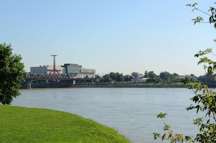kilátás a Kopaszi-gátról a Rákóczi hídra és a mögötte emelkedő MüPára