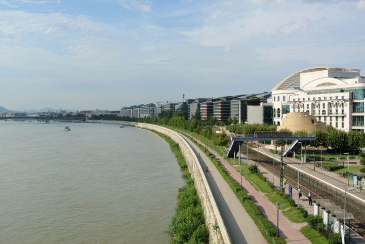 a Nemzeti Színház a Rákóczi hídról