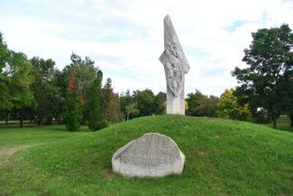 a Tétényi csata emlékműve a Nagytétényi kastély kertjében