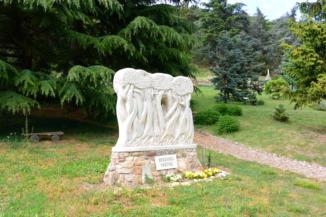 a Békesség nektek, más néven az Ölelkező fák szobor a Folly Arborétumban