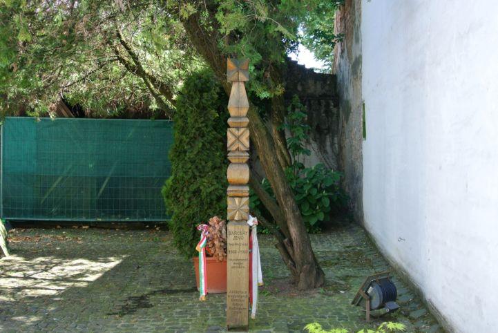 a művész kopjafája a Barcsay Gyűjtemény kertjében