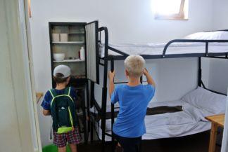 gyerekek egy régi cellában