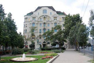 Gárdonyi tér, középen a névadó szobrával, háttérben látható a Hadik kávézónak otthont adó épület