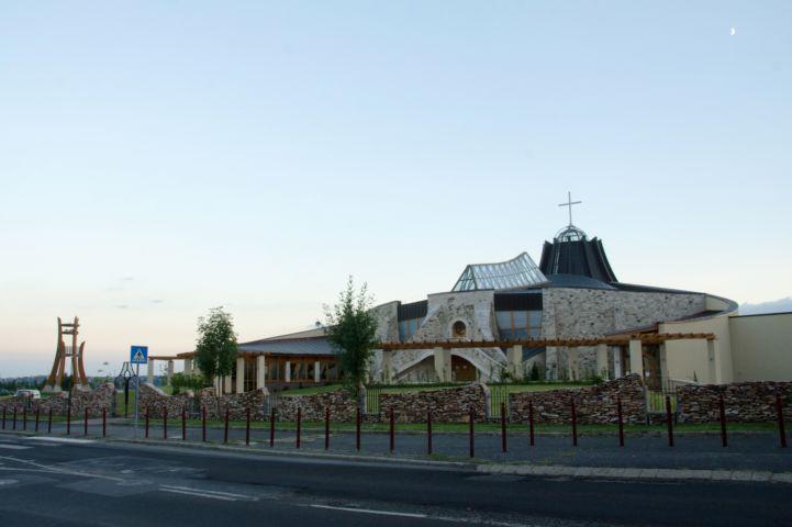 Szent Angyalok-templom a Gazdagréti út felől nézve
