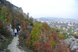 a hegy keleti részén is keskeny ösvény vezet