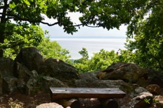 rejtett kilátópont a Balaton irányába a Folly Arborétumban