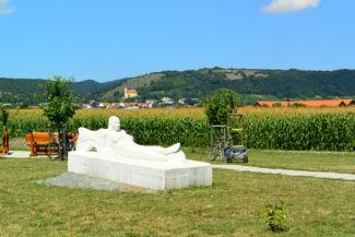 szobor a pihenőhely mellett