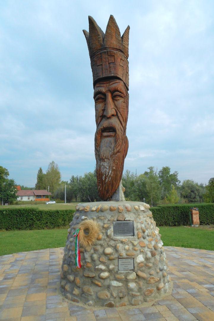 Szent István fából faragott szobra