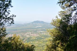 a Tördemici kilátóból a Badacsonytól északra, északnyugatra eső területet látjuk, pl. a Szent György-hegyet