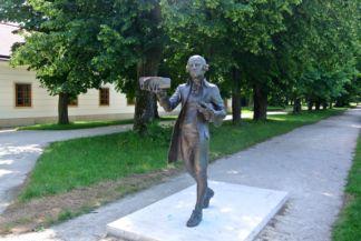 Joseph Haydn szobra,  Baráz Tamás és Erős Apolka alkotása
