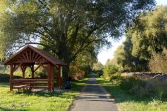 Böngyéres kerékpáros pihenő Balatongyörök nyugati határában