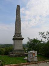 Eötvös-obeliszk a kápolna mellett