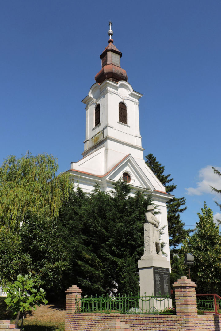 református templom, előtte I. világháborús emlékművel