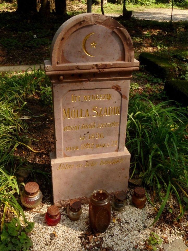 Molla Szadik szerzetes sírja a temetőben