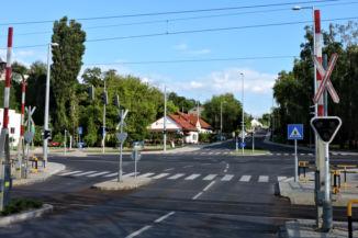 áthaladunk a vasúti síneken Zamárdin