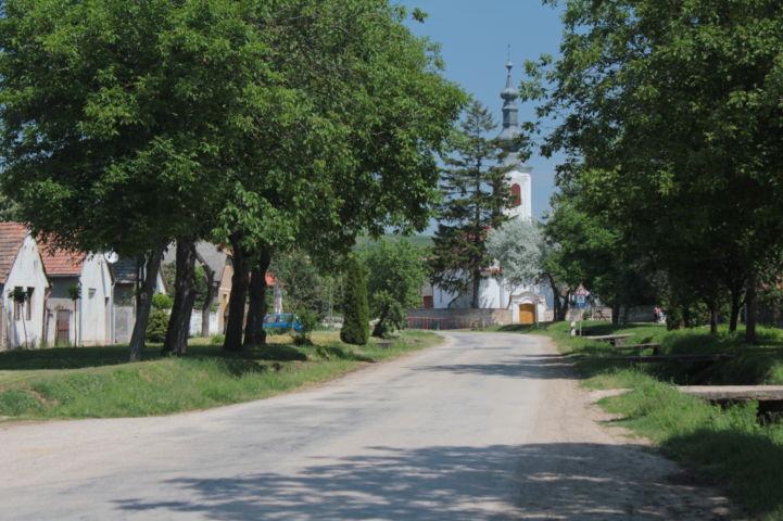 utcakép a református templommal