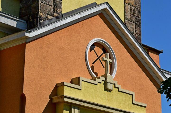 Szent Borbála-templom (Bányásztemplom) bejárata feletti bányászjel