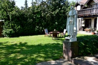 Szent István-szobor a Szent Imre-templom kertjében