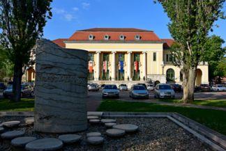Bányász-emlékmű a József Attila művelődési ház előtt
