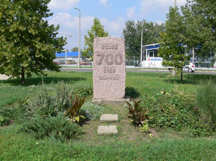 'Bicske 700 éves' emlékmű a Jubileum parkban