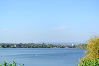 rálátás a Kavicsos-tóra a keleti oldalról