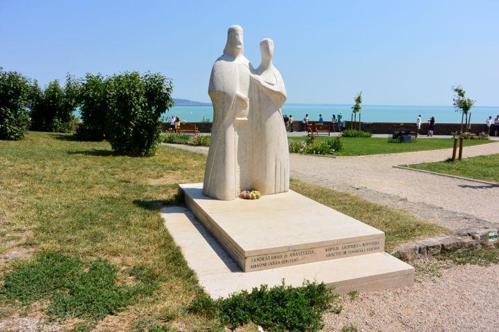 I. András és Anasztázia szobra