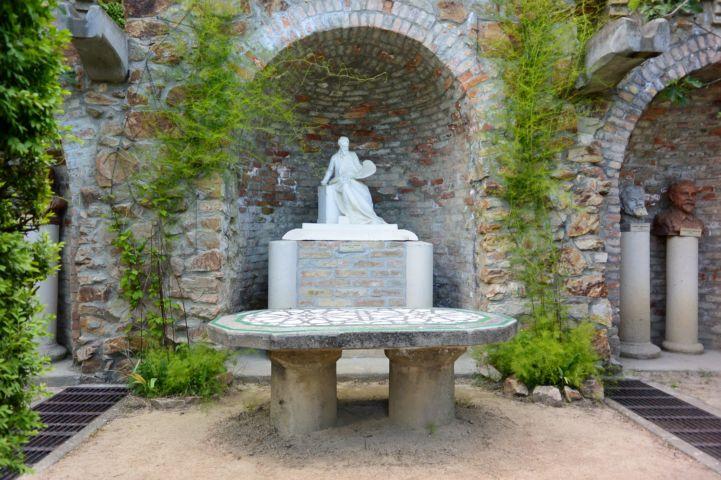 Munkácsy Mihály szobra, előtte egy szép mozaikos kőasztallal