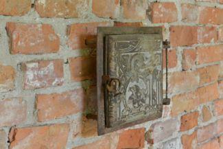 Mikes-kastély - régi lovasudvar, faldísz régi kályhaajtóból
