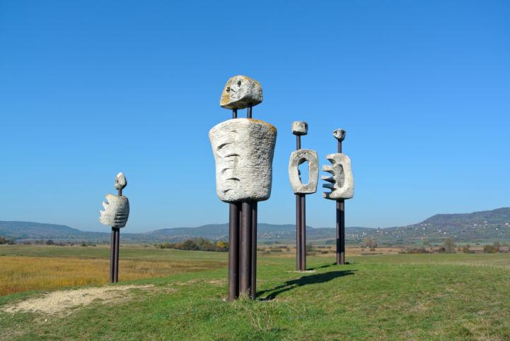Veszprémi Imre szobrászművész Emberi komédia szoborcsoportja a Kornyi-tónál