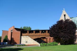 az összeépített Ökumenikus templom és Magyar Szentek-temploma