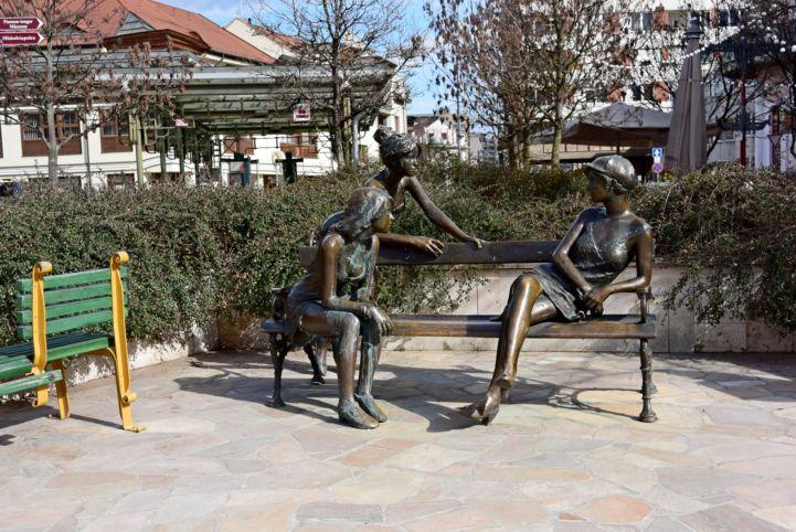 Miskolci lányok, Kutas László alkotása, 2006