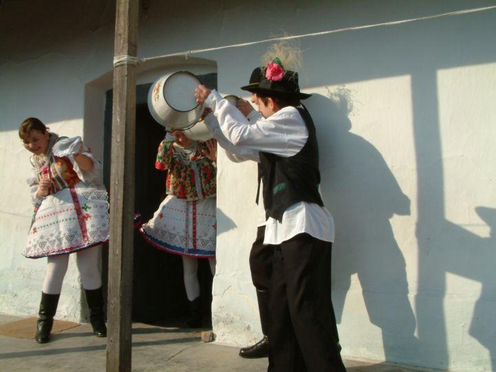 húsvéti locsolkodás, népviseleti öltözékben