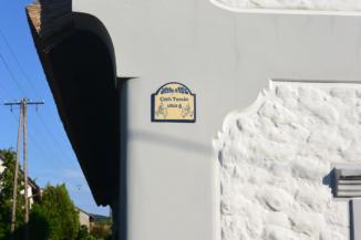 díszes házszám a Cseh Tamásról elnevezett utcában