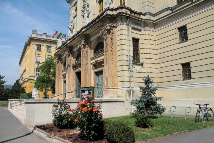 a Szent Imre-templom díszes bejárata