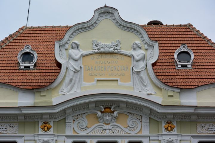 takarékpénztár volt épülete, városháza - felirat