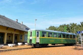 vonat a balatonfenyvesi kisvasút állomásánál