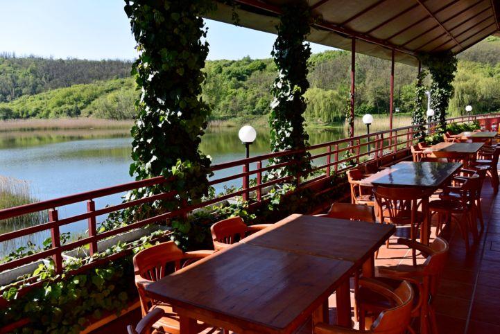 Üvegtigris étterem terasza a Garancsi tó partján