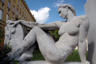 a művészetet szimbolizáló nőalak a Klebelsberg Kuno-szobor bal oldalán