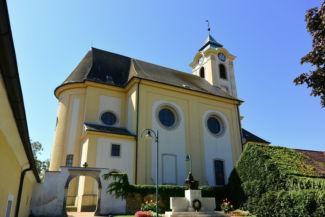 Szentháromság-templom a bejárat felől