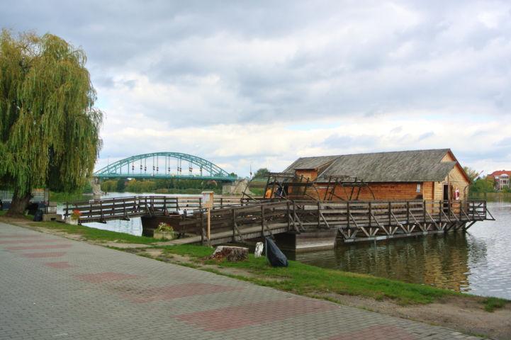 Ráckevei hajómalom, háttérben az Árpád híddal