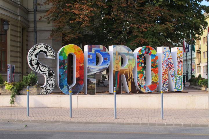 Sopron felirat a város központjában