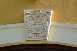 kő címer a Szent Kereszt felmagasztalása templom bejárata felett