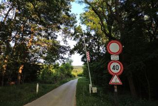 sorompó jelzi az erdészeti feltáróút elejét és végét